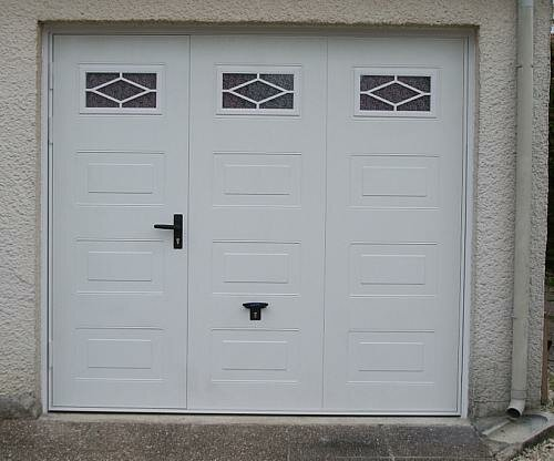 Portes de garage en bois sur mesure en pvc ou alu for Porte garage sectionnelle avec portillon